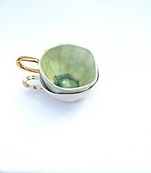 Nádoby - šálka bielo zelená so zlatou glazúrou - 10509866_
