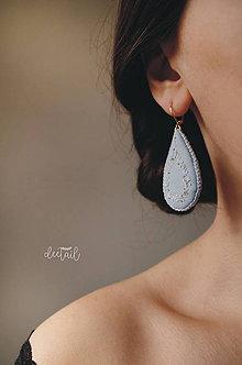Náušnice - Zlato - biele slzičky v sv. modrom objatí - 10513406_