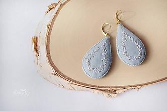 Náušnice - Zlato - biele slzičky v sv. modrom objatí - 10513410_