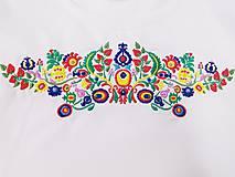 Tričká - Vyšívané dámske tričko s veľkým ľudovým motívom - 10513697_
