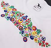 Tričká - Vyšívané dámske tričko s veľkým ľudovým motívom - 10513698_