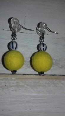 Náušnice - plstené náušničky - žlté s bielo-modrou keramickou korálkou - 10512266_