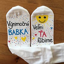Obuv - Maľované ponožky pre babku s nápisom: (Výnimočná babka/ veľmi ťa ľúbime - biele) - 10511941_