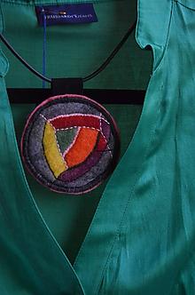 Náhrdelníky - Plstený náhrdelník Hlavolam - 10512627_