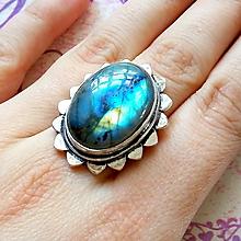 Prstene - Rainbow Labradorite Antique Silver Plated Ring / Postriebrený prsteň s dúhovým labradoritom #2045 - 10516499_
