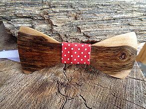 Doplnky - Pánsky drevený motýlik - červená bodka - 10515463_