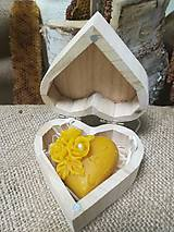 Vosková sviečka s nápisom v tvare srdca v drevenom srdci