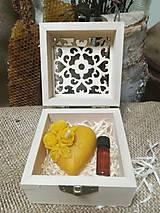 Darčeky pre svadobčanov - Sviečka v tvare srdca a propolis vo vyrezávanej krabičke - 10517338_