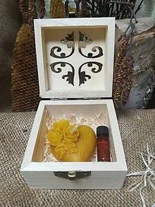 Darčeky pre svadobčanov - Sviečka v tvare srdca a propolis vo vyrezávanej krabičke - 10517136_