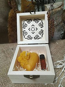 Darčeky pre svadobčanov - Sviečka v tvare srdca a propolis vo vyrezávanej krabičke - 10517300_
