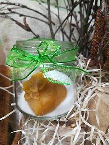 Darčeky pre svadobčanov - Vosková sviečka s nápisom v tvare srdca v skle zdobenom stuhou - 10517638_