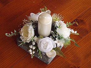 Dekorácie - Bielo-sivý vintage svietnik so sviečkou - 10516678_