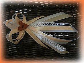 Pierka - Svadobné pierka  s čipkou a dreveným srdiečkom pre rodičov, svedkov - 10519625_