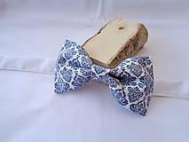 Doplnky - Pánsky motýlik modro biely vzor - 10518750_