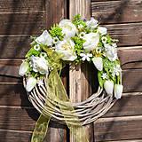 Dekorácie - Veniec s bielou pivonkou - 10521567_