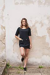 Čierne mini šaty s výstrihom vzadu BLACK & WHITE COLLECTION