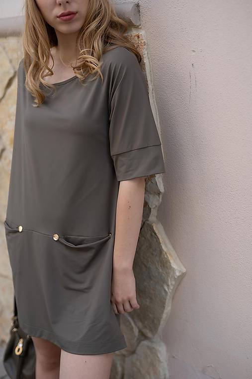 Hnedé mini šaty s výstrihom vzadu
