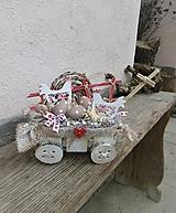 Veľkonočná dekorácia na vozíku s kohútikmi