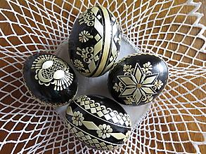 Dekorácie - Čierna kraslica zdobená slamou - 10527348_