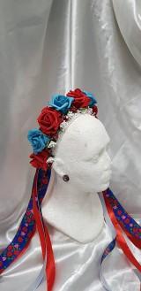 Ozdoby do vlasov - Kvetinová parta z červených a modrých kvetov, vhodná na čepčenie alebo redový tanec, doplnená stuhami s ľudovým motívom - 10527050_