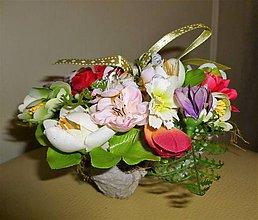 Dekorácie - Košík s jarnými kvetmi - 10528608_
