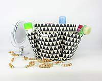 Košíky - Košík-organízer na kozmetiku s geometrickým vzorom - 10535430_