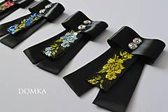 Odznaky/Brošne - Dámska čierno kvetovaná mašľa / brošňa - 10533961_