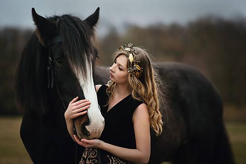 Mosadzný konárikový venček s čiernymi kvetmi a čiernymi achátmi - Slavianka