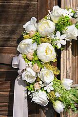 Dekorácie - Jarný veniec s bielou pivonkou - 10534845_