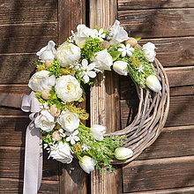 Dekorácie - Jarný veniec s bielou pivonkou - 10534904_