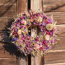 Dekorácie - Prírodný venček s ružami - 10536657_