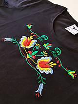 Tričká - Vyšívané dámske tričko s folklórnym motívom, krátky rukáv - 10534306_
