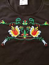 Tričká - Vyšívané dámske tričko s folklórnym motívom, krátky rukáv - 10534310_