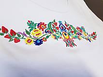Tričká - Vyšívané dámske tričko s ľudovým motívom, krátky rukáv - 10534423_