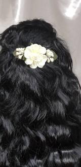 Nežný béžový kvetinový hrebienok do vlasov