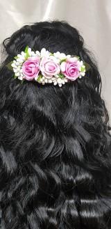 Nežný ružový kvetinový hrebienok do vlasov