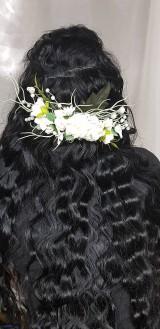 Biely svadobný kvetinový hrebeň do vlasov s perličkami