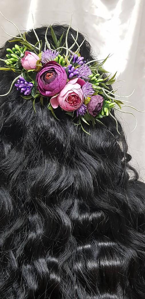 Fialovo ružový svadobný kvetinový 1/4 venček na vlásenkách