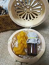 Potraviny - Anjel z včelieho vosku a propolis v drevenej vyrezávanej krabičke - 10535836_