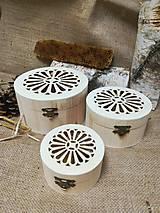 Potraviny - Anjel z včelieho vosku a propolis v drevenej vyrezávanej krabičke - 10535843_