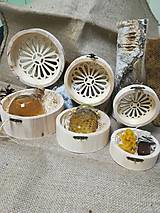 Potraviny - Anjel z včelieho vosku a propolis v drevenej vyrezávanej krabičke - 10535844_