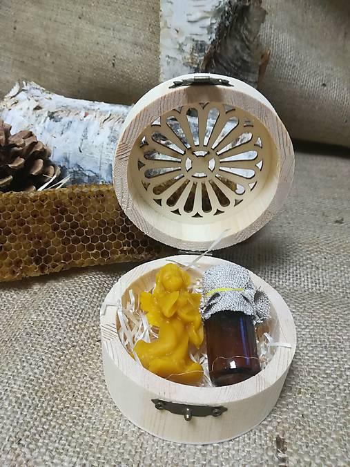 Anjel z včelieho vosku a propolis v drevenej vyrezávanej krabičke