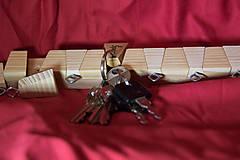 Dekorácie - Drevený držiak na klúče - 10539034_