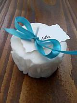 Darčeky pre svadobčanov - Svadobná sviečka ružičky s kartičkou - 10538623_