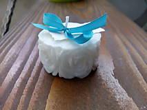 Darčeky pre svadobčanov - Svadobná sviečka ružičky s kartičkou - 10538702_