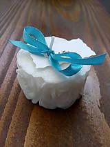 Darčeky pre svadobčanov - Svadobná sviečka ružičky s kartičkou - 10538706_