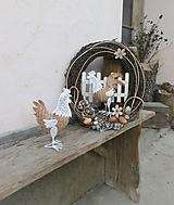 Dekorácie - Prútený veľkonočný veniec s kohútikom - 10542329_