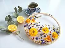 Dekorácie - Obraz vyšívaný kvetmi rozkvitnutá lúka - 10541173_