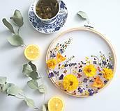 Dekorácie - Obraz vyšívaný kvetmi rozkvitnutá lúka - 10541174_