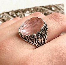 Prstene - Antique Silver Faceted Cherry Quartz Ring / Prsteň s brúseným cherry krištáľom v starostriebornej farbe /2048 - 10543801_